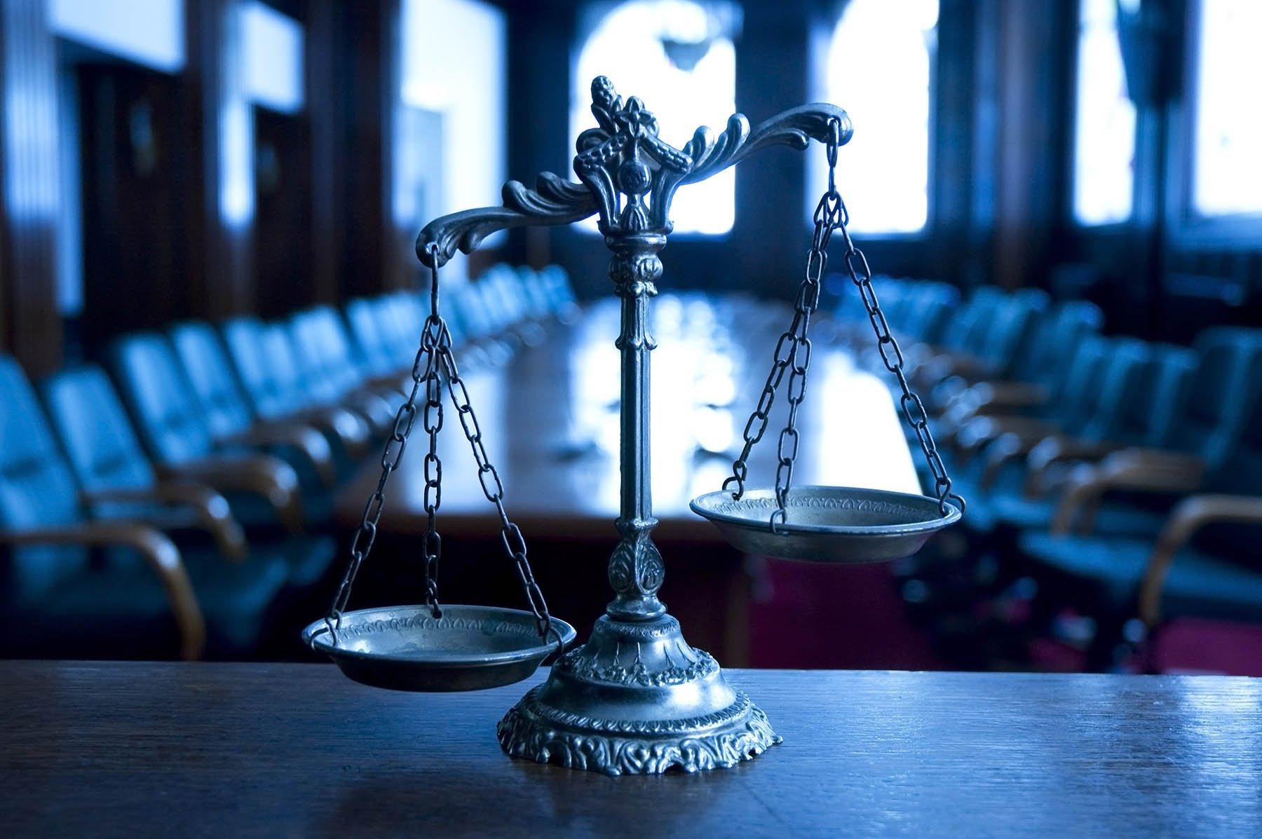 Весы правосудия символизирующие услуги адвоката
