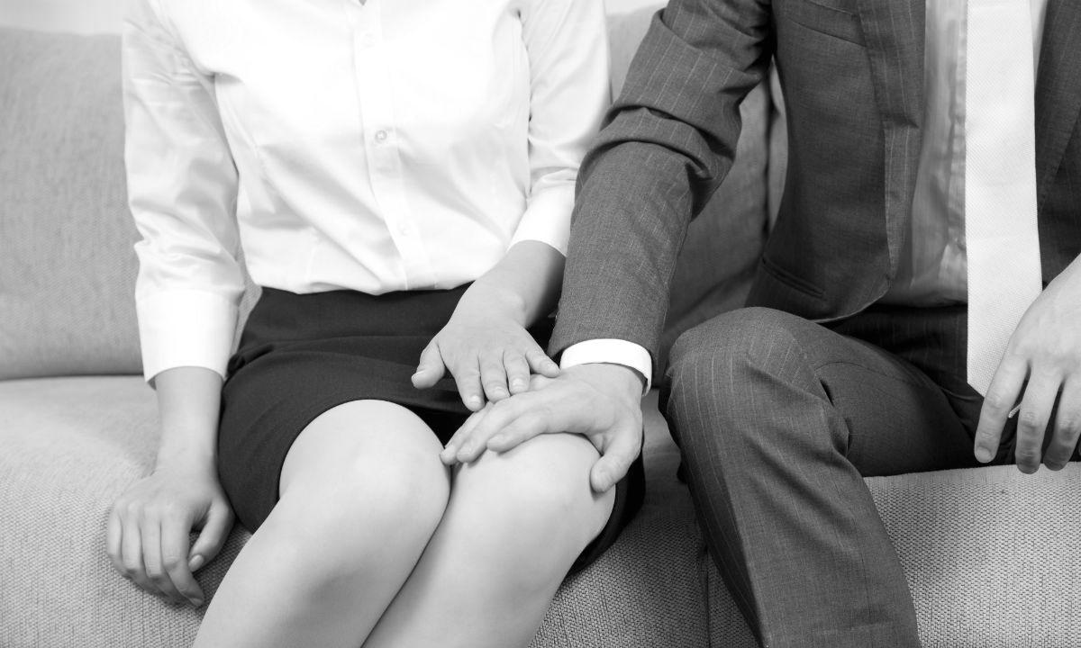 Сексуальное домогательство мужчины, положившего руку на ногу женщине